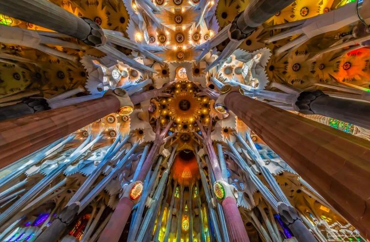 Photo de l'intérieur de la Sagrada Familia à Barcelone